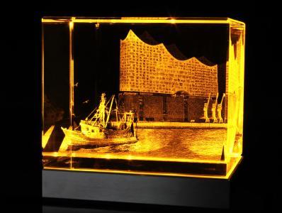 Kristallglasobjekt mit 3D-Innenkennzeichnung auf LED-Leuchtsockel
