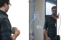 Der in einem EU-Projekt entwickelte Smart Mirror assistiert mit Abfahrplänen und Tipps für die Tagesgestaltung. Die Daten verarbeitet er lokal, sodass private Daten nicht nach außen gelangen / Quelle: Universität Bielefeld