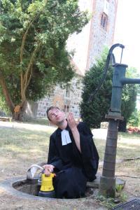 Pfarrer Otto-Fabian Voigtländer setzt die Schmutzwasserpumpe U5K mit Humor in Szene / Foto: Pentair Jung Pumpen, Steinhagen; Otto-Fabian Voigtländer