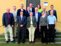 Foto: (HfWU/üke): Die Gründungsmitglieder des Kompetenzzentrums: (1. Reihe v.l.n.r.) Prof. Sigurd Henne, HfWU-Rektor Prof. Dr. Andreas Frey, Prof. Dr. Carola Pekrun, Prof. Dr. Nicole Pfoser und Ralf Walker. 2. Reihe v.l.n.r.: die Bürgermeister Torsten Hooge und Matthias Ruckh, Dieter Schenk (ZinCo), Oberbürgermeister Otmar Heirich, Albrecht Bühler (Verband Garten-, Landschafts- und Sportplatzbau Baden-Württemberg), Dr. Gunter Mann, Präsident Bundesverband GebäudeGrün, Oberste Reihe: Markus Grupp, Landratsamt Esslingen und Claudia Scharr (Geschäftsstelle).