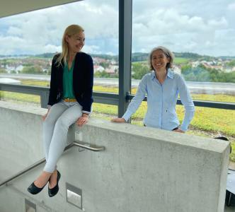Simone Häussler (l.) und Prof. Dr. Martina Hofmann von der Hochschule Aalen entwickeln innovative Konzepte zum Klimaschutz, Fotohinweis: © Hochschule Aalen | Eva Stengel