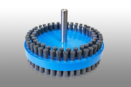 Innovativ: Bei der neuen Duplex-Tellerbürste von KULLEN-KOTI ist der beidseitige Besatz als Materialverbund fest in die Trägerronde eingegossen. Das verleiht dem Besatz eine außergewöhnlich hohe Formstabilität und ermöglicht ein hochpräzises Oberflächen-Finishing. (Bild: © KULLEN-KOTI)