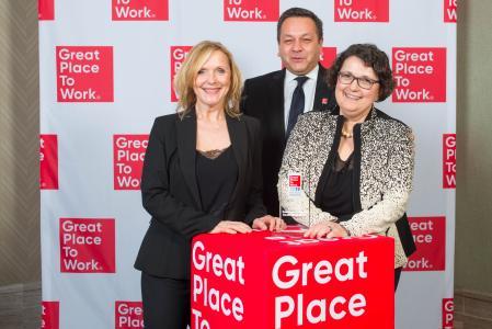Nicole Much, Dietmar Nick und Ursula Gebauer freuen sich über die Auszeichnung