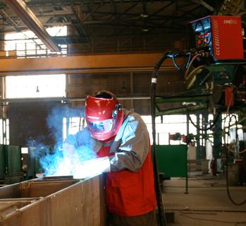 Ein Schweißprozess, wie ihn sich der Profi wünscht: stabiler Lichtbogen bei jedem Strom, konstante Parameter. Mit dem forceArc®-Verfahren ist Stahlbau Calbe auch für künftige Herausforderungen gerüstet / Foto: EWM HIGHTEC WELDING