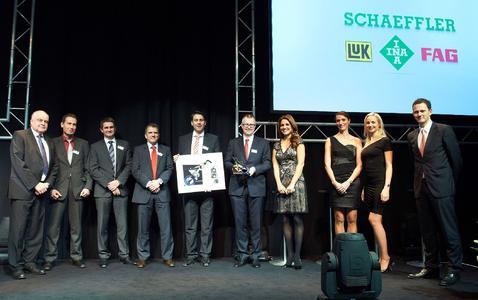 Günther Bachmann (l.), Vorstand Technologie und Produktion, und Timo Rickermann (r.), Leiter Zentraler Einkauf (beide Gildemeister AG), gratulierten dem Schaeffler-Team rund um Robert Schullan (5. v. r.), Mitglied des Vorstands der Schaeffler AG und Vorsitzender der Geschäftsleitung Schaeffler Industrie, Quelle: Gildemeister