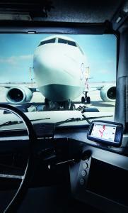 Das Fahrassistenzsystem Airport Protection System APS von SICK warnt bei Pushback-, Umschlepp- und Werftschleppvorgängen mit Flugzeugschleppern den Fahrer vor Kollisionsgefahren und ermöglicht es dem Flughafenbetreiber, Reparatur- und Stillstandskosten zu vermeiden.
