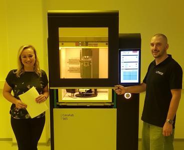 Mitarbeiter von Steinbach AG und Lithoz vor 3D-Drucker CeraFab System S65