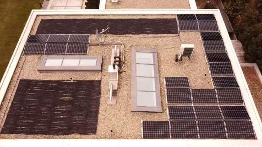 Installierte Ost-/West-Photovoltaik-Anlage auf einem Flachdach © iKratos