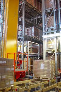 Die Ein- und Auslagerung der Paletten übernehmen bei Blum Regalbediengeräte von Dematic. (Foto: Blum)