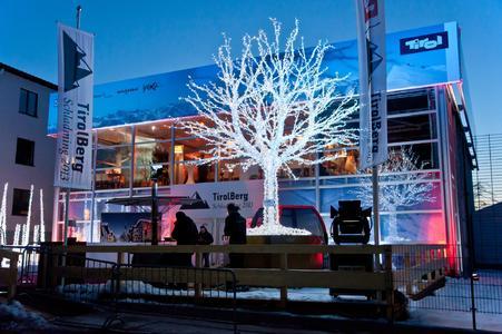 Auch von außen bezaubert das zweistöckige Losberger Palas während der Ski-WM mit seiner winterlichen Dekoration.