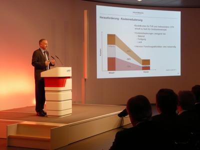 Prof. Jürgen Leohold, Leiter der Konzernforschung bei der Volkswagen AG, sprach sich auf dem CCeV Automotive Forum für eine Kostenreduzierung bei Faserverbundwerkstoffen aus.