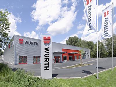 Losberger Pultdach-Halle für neue Filiale von Würth, 100 mm Sandwichelemente in Dach und Wand  mit darüberliegender Aluwelle