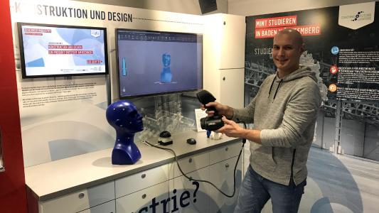 Coach Dr. Domenic Kratzer demonstriert in Sindelfingen den 3D-Scanner im Truck. © Baden-Württemberg Stiftung gGmbH