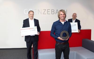 Michael Offner, Vertriebsleiter Süddeutschland bei der igus GmbH, überreicht den igus vector Award an Alexander Feineis, Entwicklungsingenieur und Christian Herfert, Head of Friction Stir Welding Technology bei Grenzebach (v.l.n.r.)