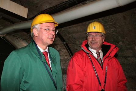 Im Rahmen seiner Sommerreise 2009 besuchte der Hessische Ministerpräsident Roland Koch die Grube Fortuna in Solms-Oberbiel. Rittal nutzt das Besucherbergwerk zu Forschungszwecken. Rechts im Bild Friedhelm Loh, Vorstandsvorsitzen von Rittal