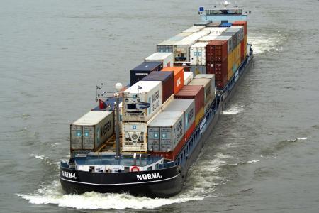 Bild 1: Die Norma mit Kühlcontainern unterschiedlicher Fabrikate auf dem Rhein. – Bildrechte: © Corneda Shipping