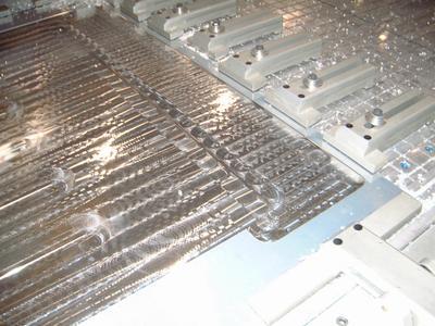 Großflächiges, dünnwandiges Aluminiumblech wird mit Vakuum- und Hydraulikspannern gehalten