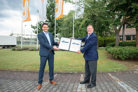 Double victory for trans-o-flex: This year, Wolfgang P. Albeck, CEO of Expressdienst (right), was presented with two award certificates from EURODIS managing director Jens Reibold, for best quality and best customer service / Photo: trans-o-flex