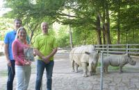 Übergabe der Patenschaftsurkunde für Nashorn Willi im Dormunder Zoo.  Stefan Welz (Geschäftsführer), Carmen Hoffmann (Marketing), Peter Adler (Geschäftsführer) v.l.n.r.