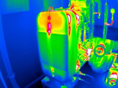 Durch Infrarot-Aufnahmen lassen sich Wärmeverluste anhand der orange/rötlichen Farbgebung aufspüren. Dieses Bild eines Wärmetauschers macht die vorhandenen Potenziale zur Dämmoptimierung deutlich sichtbar.