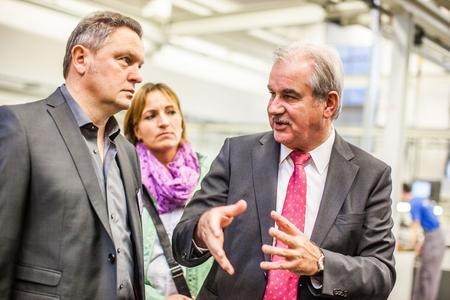Rainer Armbruster, Geschäftsführer der FOBOHA (Germany) GmbH, erläutert beim Betriebsrundgang die Kernkompetenzen seines Unternehmens