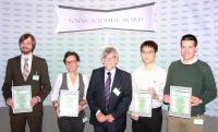 (v.l.n.r.): Preisträger Johannes Walter (GER),  Johann Lacava (CH), Jurypräsident Prof. Dr. D. Lerche (GER), Michel Vong (CH),  Preisträger Samuel J. Skinner (AUS)