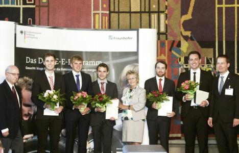 """Gleich fünf Nachwuchswissenschaftler durften sich in diesem Jahr über einen DRIVE-E-Studienpreis für ihre eingereichten Arbeiten rund um die Elektromobilität freuen. Sie erhielten die Auszeichnung in der """"Dornse"""" des Braunschweiger Altstadtrathauses. In der Kategorie der Projekt- beziehungsweise Bachelorarbeiten erreichte Tino Megner,  Student des SHARE am KIT (Dritter von rechts), den mit 4.000 Euro dotierten ersten Platz (Bild: DRIVE-E/Isabell Massel)"""