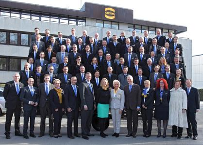 The participants at the HARTING Technology Group's International Management Meeting (IMM) in front of the main building at plant 1 in Espelkamp