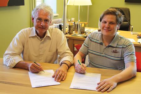 Benedikt Sauter und Don Akkermans unterzeichnen Kooperationsvertrag.
