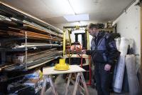 Handwerker nimmt ungenutze Bauartikel mit dem Smartphone auf / Bildquelle: Lisa Hörterer