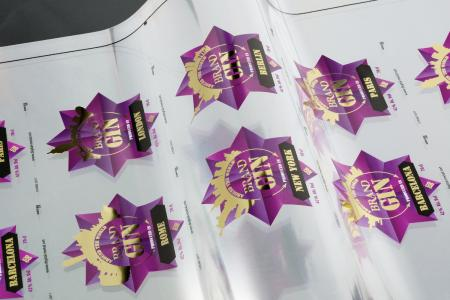 Web-fed labels finished with variable designs using Kurz DM-Liner UV-Ink technology