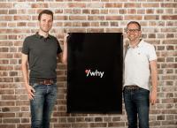 Ludger Ahlers (links), Prokurist und Gesellschafter, und Timo Seggelmann (rechts), geschäftsführender Gesellschafter, präsentieren die Wort-Bild-Marke der neu gegründeten slashwhy GmbH & Co. KG.
