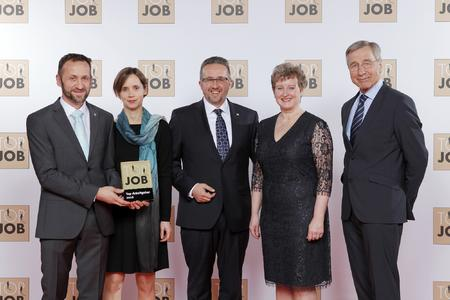 "The Huber Kältemaschinenbau company in Offenburg was honoured as a top employer. Wolfgang Clement, Mentor of the ""Top Job"" competition, presents a trophy to CEO Daniel Huber"
