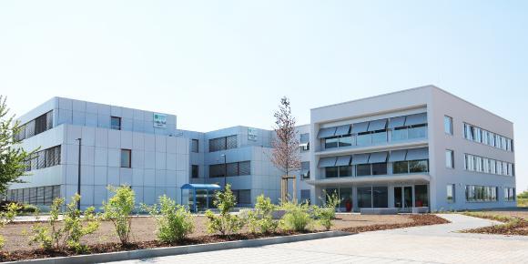 Das neu gebaute Büro- und Technologiegebäude (rechter vorderer Teil) erweitert das Bestandsgebäude um 848 qm Büro- und Veranstaltungsfläche mit 55 Arbeitsplätzen.