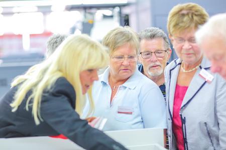 Mitarbeiter zeigen ehemaligen Kollegen den heutigen Betrieb