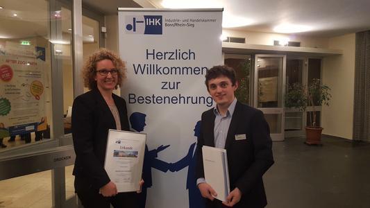 CONET-Ausbildungsleiterin Martina Preuß (rechts) mit Moritz Menken nach der feierlichen Übergabe der IHK Bonn/Rhein-Sieg (Foto: CONET)