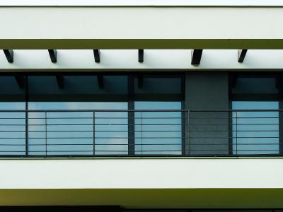 Les systèmes de façade heroal C 50 conviennent aussi bien aux bâtiments privés que commerciaux et peuvent être adaptés individuellement à l'enveloppe du bâtiment grâce au revêtement de surface heroal / © heroal