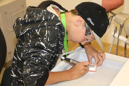 Um die Wette fräsen: Mit 200.000 U/min konnten die Schüler ihr Geschick beim Ausfräsen einer markierten Fläche beweisen, Foto: © W&H