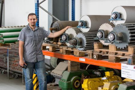 Im Hochlager verwaltet Mirko Mariniak die Großteile für die Maschinen