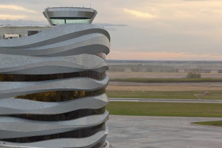 Nachhaltige Titanzink-Fassade mit Rautentechnik
