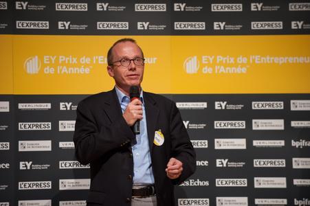 Marc Lott erhält Preis von E&Y