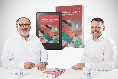 Ein aktuelles Standardwerk aus der Praxis der Unternehmensnachfolge: Ingo Claus (r.) und Nils Koerber von KERN Unternehmensnachfolge präsentieren ihr neues Buch.