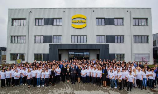 Afterwards, employees of HARTING Romania Manufacturing SCS, the owning and managing family and guests came together for a group picture