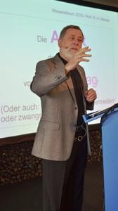 Professor Norbert H. Messer von der Fachhochschule Kaiserslautern informierte darüber, wie Fehler in Ausschreibungen vermieden werden / Fotos: Achim Zielke