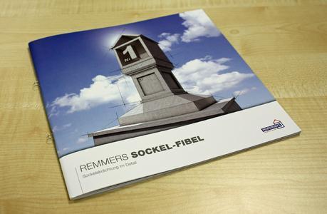 """Die """"Remmers Sockel-Fibel"""" bietet Architekten und Planern ausführliche Informationen rund um den Gebäudesockel. Bildquelle: Remmers Baustofftechnik, Löningen"""