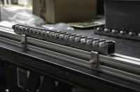 Zur Befestigung der Mini-Schwerlast-Röllchenschienen an den Montageprofilen werden nur die Klammern verschraubt. (Foto: TORWEGGE)