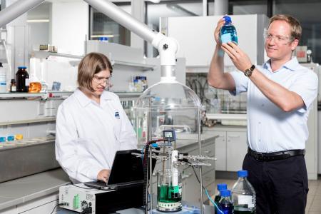 Dr. Sandra Meinhard und Prof. Dr. Timo Sörgel im Labor / © Hochschule Aalen/Thomas Klink