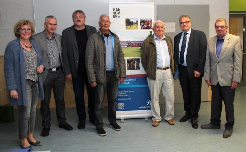 Das 50-jährige Jubiläum des Schullandheims Torfhaus feierten Regionspräsident Hauke Jagau (2. v. r.) und Leiter Heinz Joachim Jesse (3. v. l.) mit Freunden und Förderern