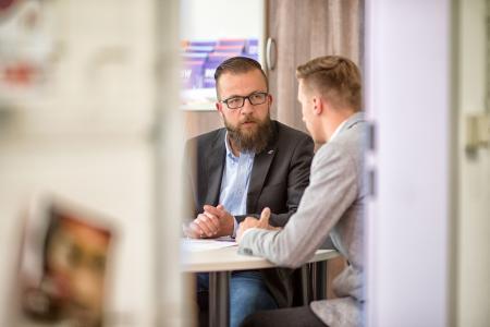 Marc Laatzke nimmt sich immer viel Zeit, um Studieninteressierte zu beraten / Foto: Hochschule Flensburg/Dewanger