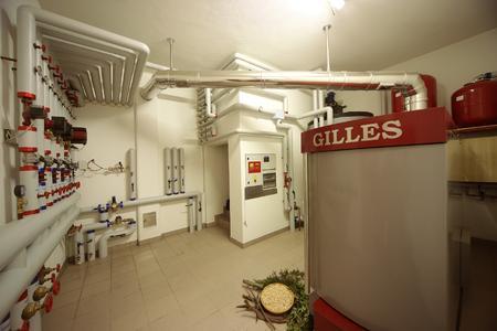 So schön kann heizen sein…hervorragend installiert und optimal fotografiert. Der Gilles HPK-RA 100 Hackgutkessel im Hotel Gisserhof